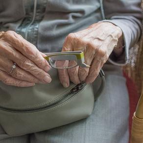 Di solitudine ci si ammala: vacciniamo un familiare per salvare gli anziani nelle case di riposo