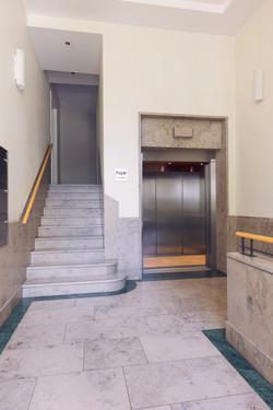 Eingang mit Lift