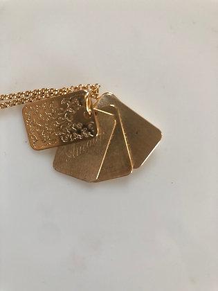 Carnet de bal . Les Félicités . Chaîne et pendentifs plaqué or.