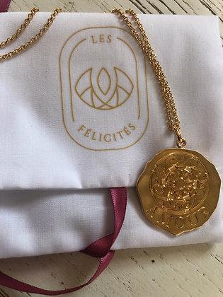 Collier longue chaîne , grande médaille Amour Les félicités