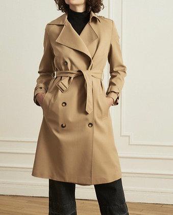 Trench-coat madame