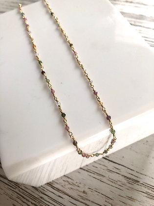 Collier chaîne plaqué or , petites pierres semi précieuses .