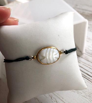 Bracelet cordon vert forêt scarabée en nacre , support argent 925