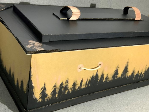 cercueil avec fond or et motifs de sapin noir