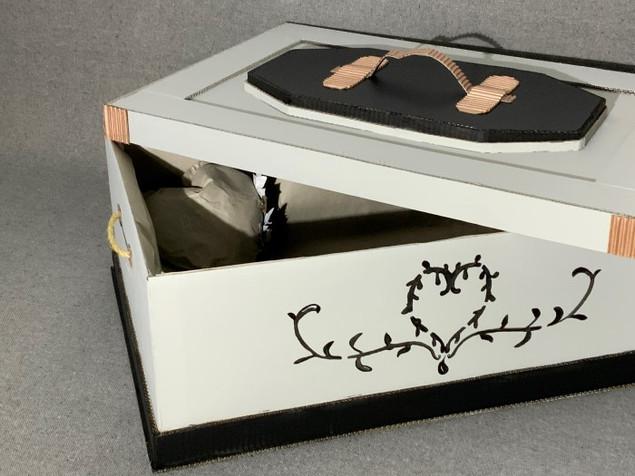 cercueil avec fond blanc, dessins de coeur avec couvercle ouvert