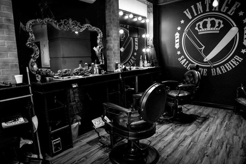 Chaises de barber devant des miroirs encadrés vintage.