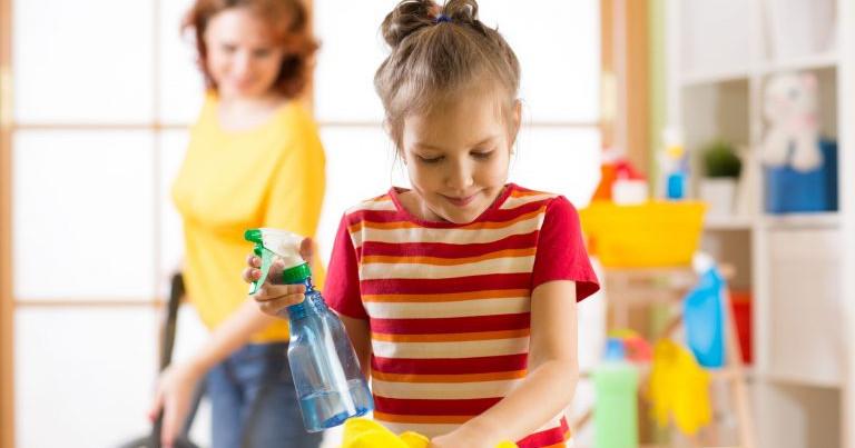 Ajudar em algumas tarefas contribui para o desenvolvimento de responsabilidade nas crianças.