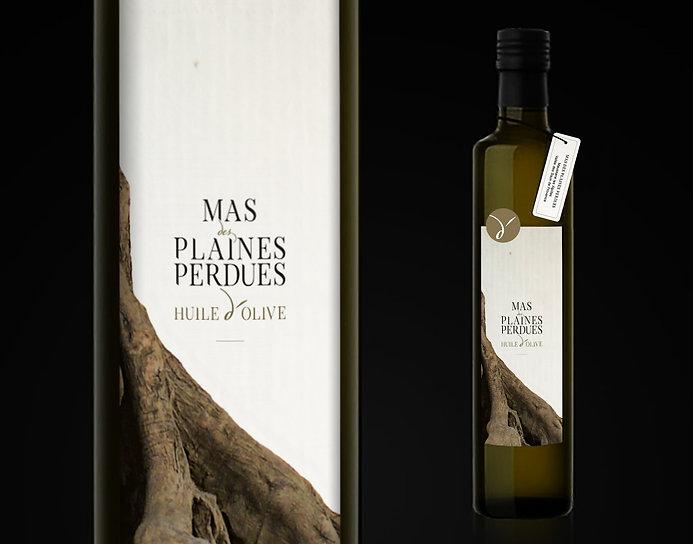 Création d'un logo pour l'huile d'olive Mas Des Plaines Perdues. Déclinaison du logo, pastille bouteille. Réalisation de l'étiquette de la bouteille d'huile d'olive.