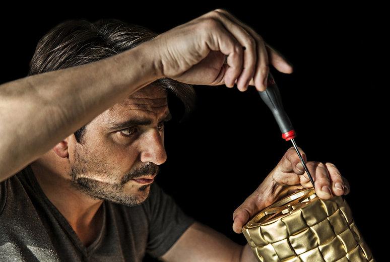 Camille Gentil, graphiste et photographe a réalisé des photographies d'ambiance pour Entrelacs, entreprise spécialisée dans la création de mobilier et de luminaire en bronze.