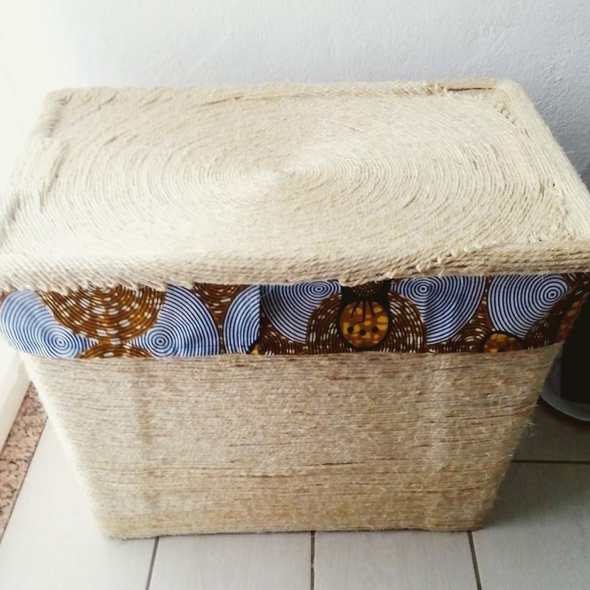 Caja grande de plástico decorada con cuerda de sisal o pita