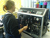Operatrice alla macchina ink 1.JPG