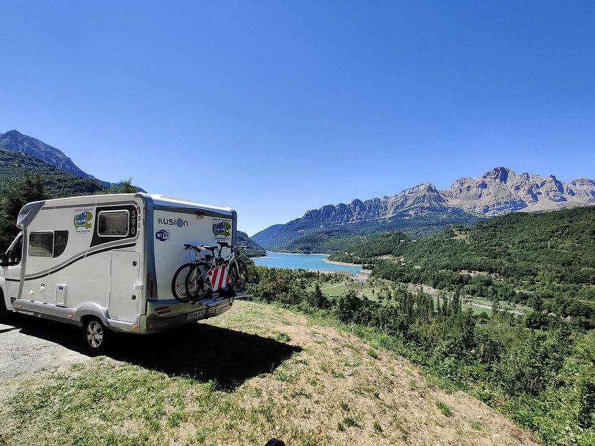 autocaravana en lago y montaña