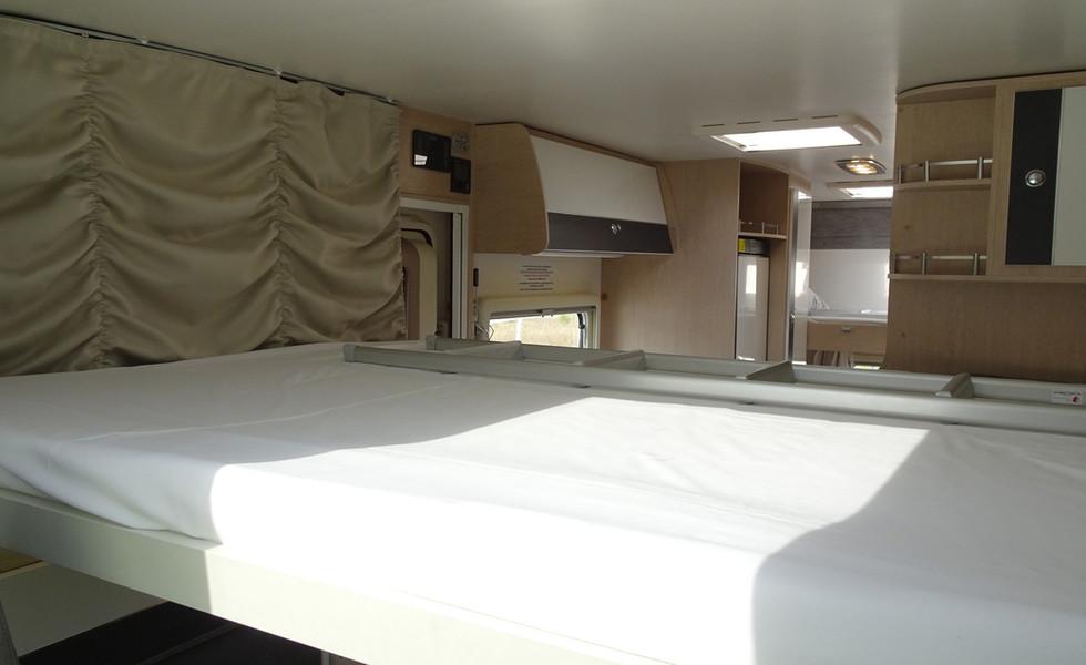 Camping-car avec lit double automatique en hauteur