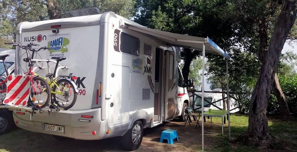 autocaravana toldo en camping