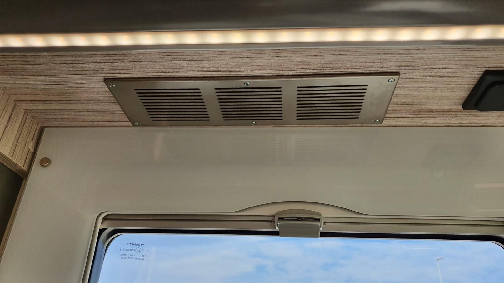 autocaravana con oscurecedores en las ventanas
