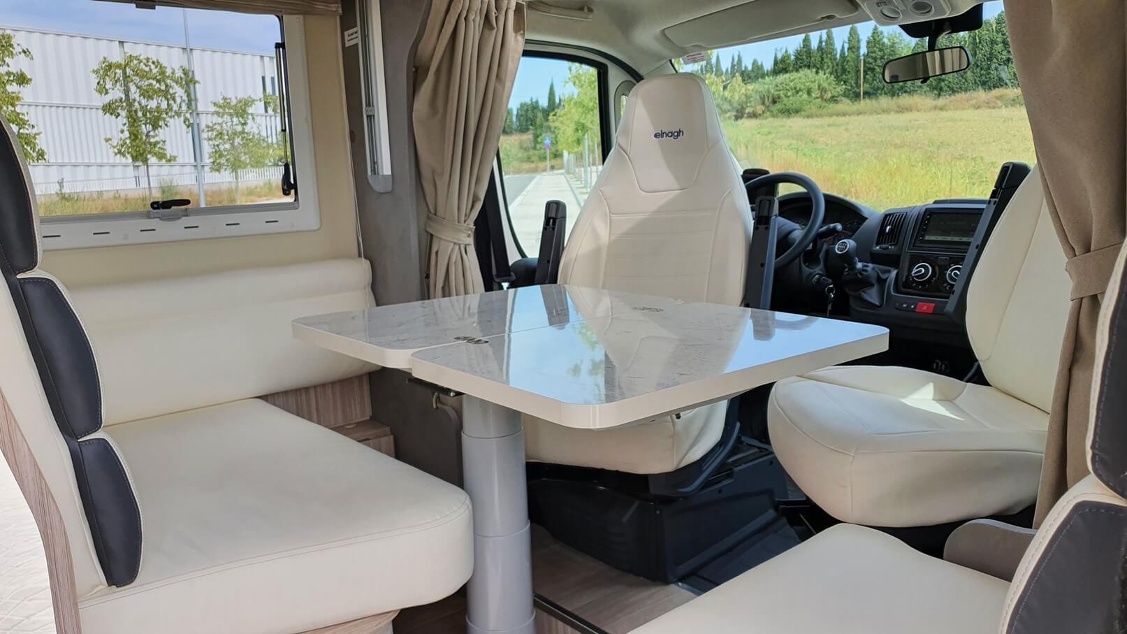 autocaravana con comedor integrado