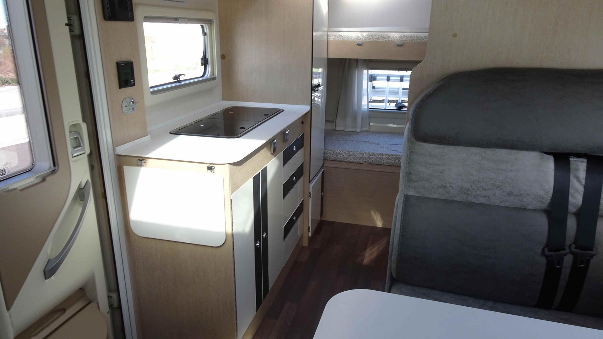 Autocaravana para 4 plazas con cocina equipada