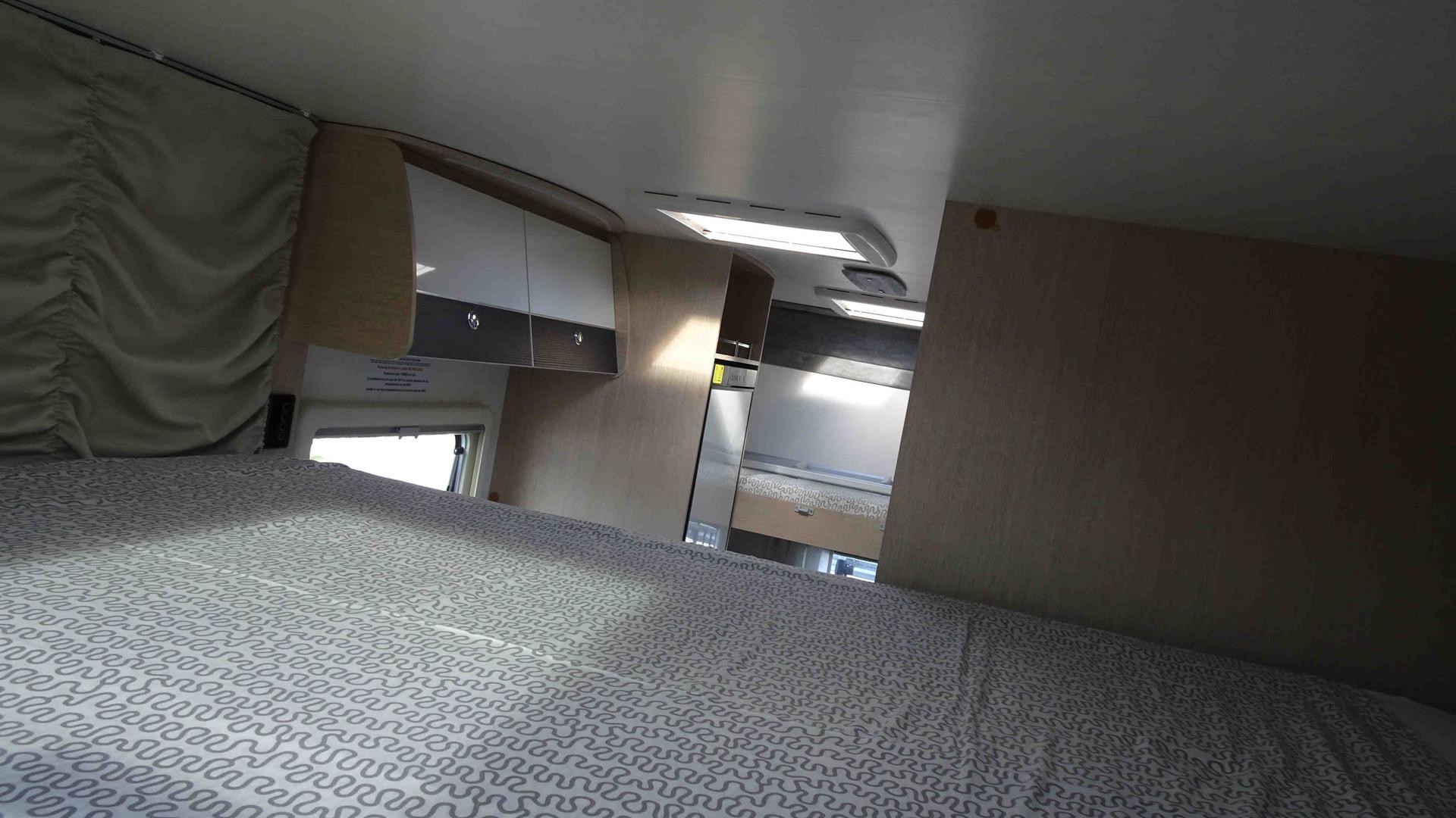camping-car pour 4 avec lit double rabattable et lits superposés