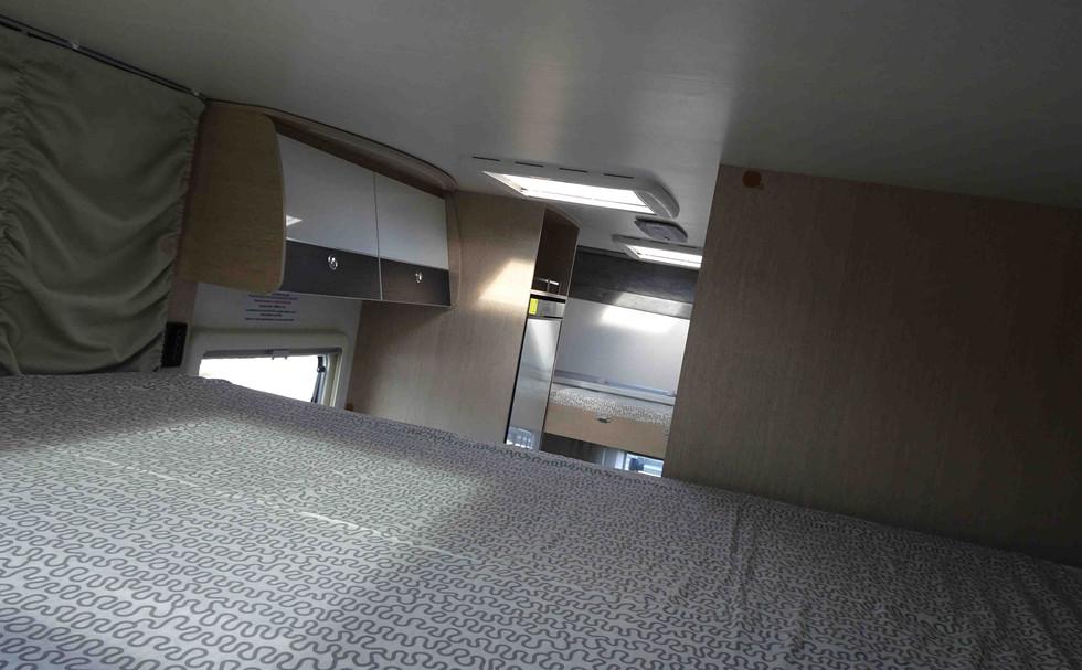 autocaravana para 4 con cama basculante doble y literas