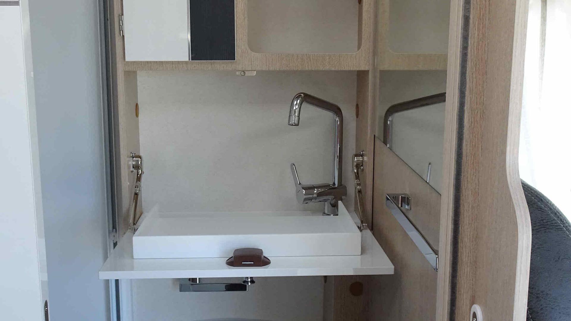 camping-car avec douche, manpara, lavabo et eau