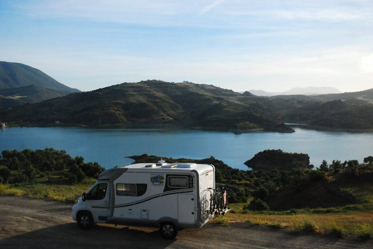autocaravana en el lago