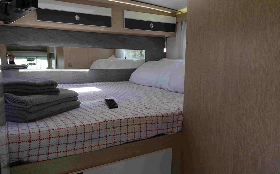 petit camping-car avec lit double arrière