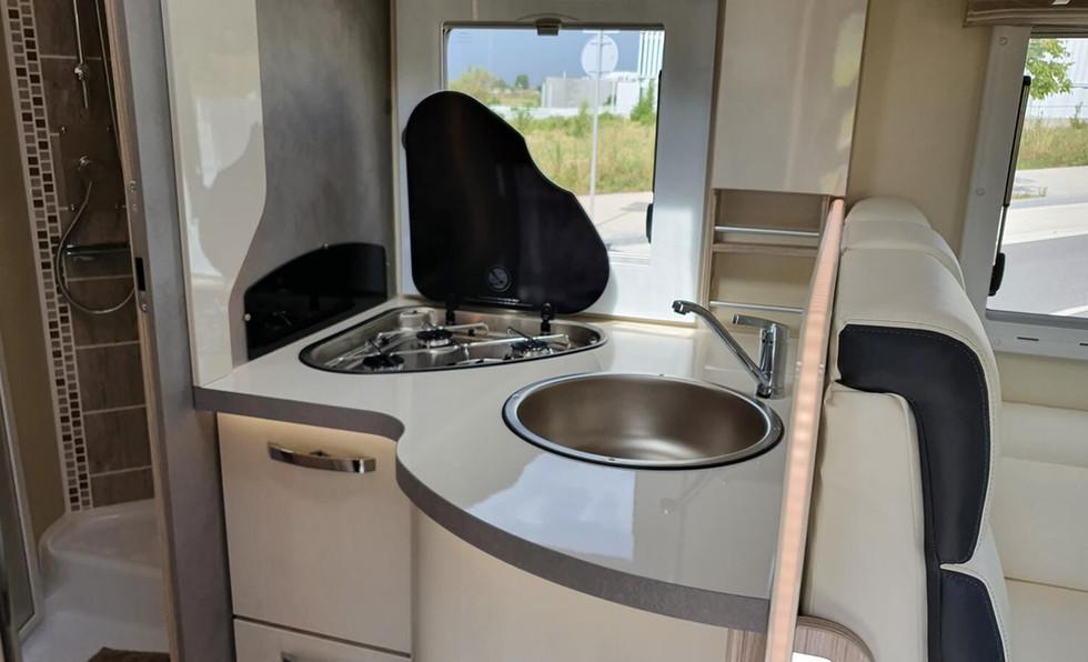 camping-car avec cuisine et ustensiles de cuisine