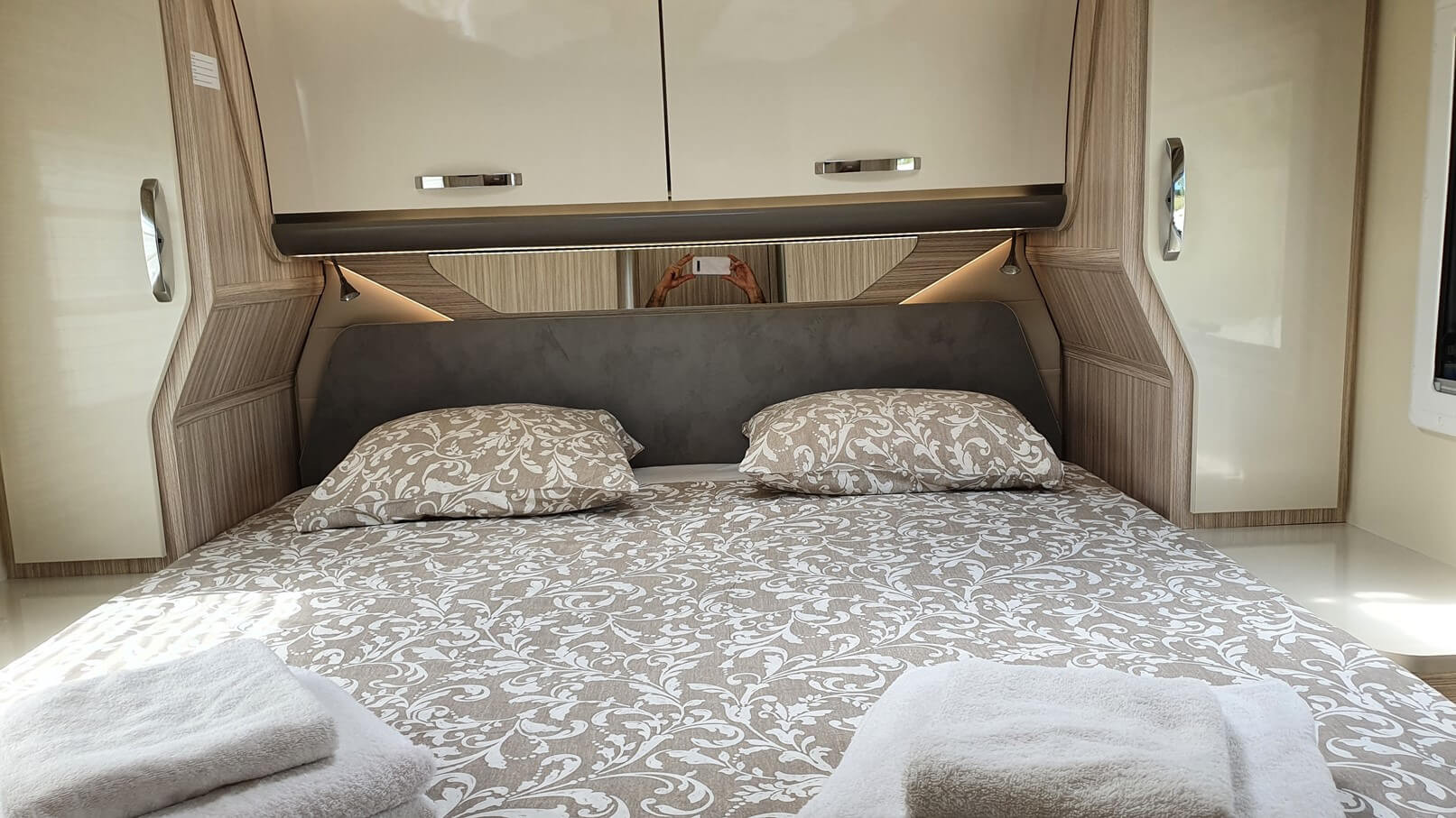 Autocaravana con cama isla y  armarios