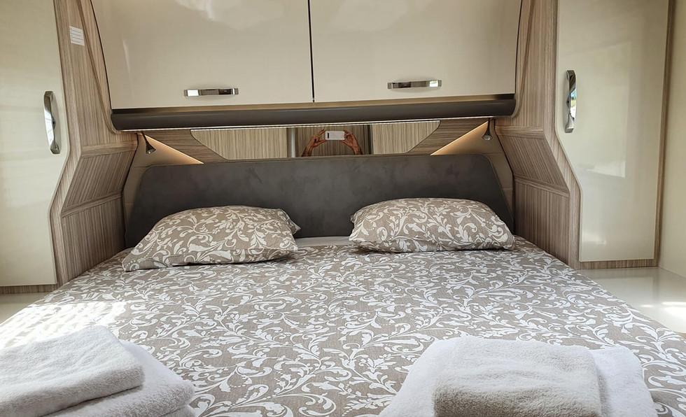 Camping-car avec lit îlot et armoires