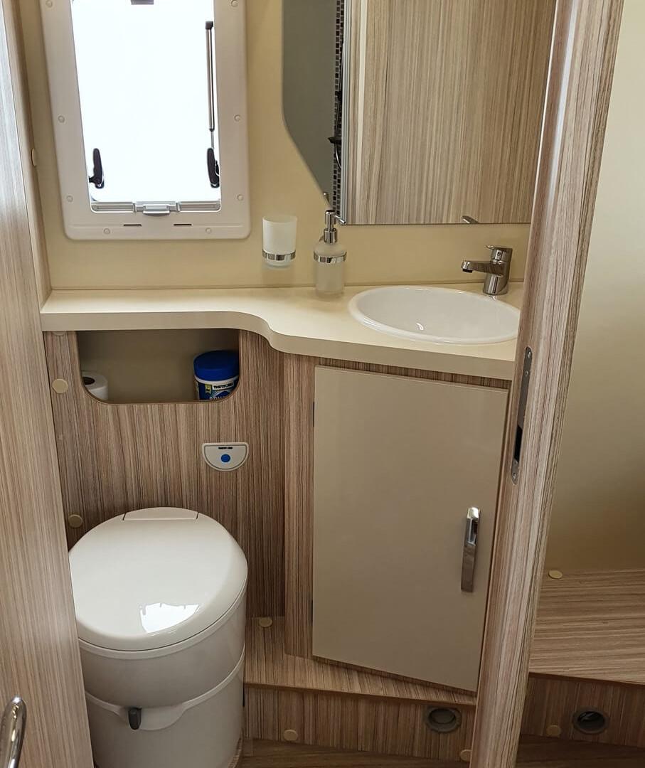 camping-car avec toilettes séparées de la douche