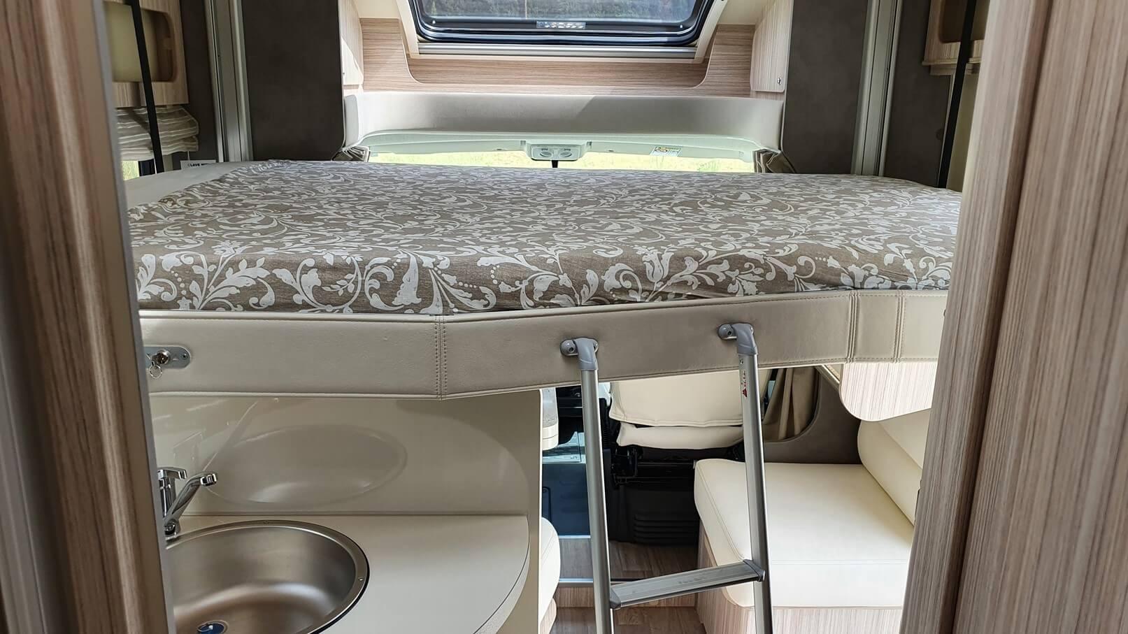 autocaravana con cama doble basculante