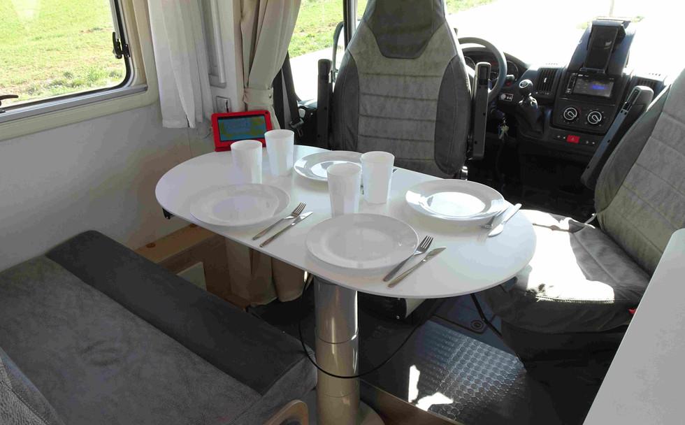 camping-car avec coin repas intégré pour 4 personnes