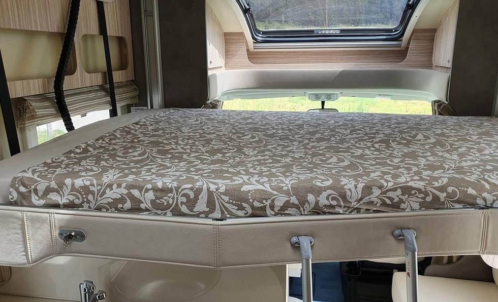 camping-car avec lit réglable en hauteur
