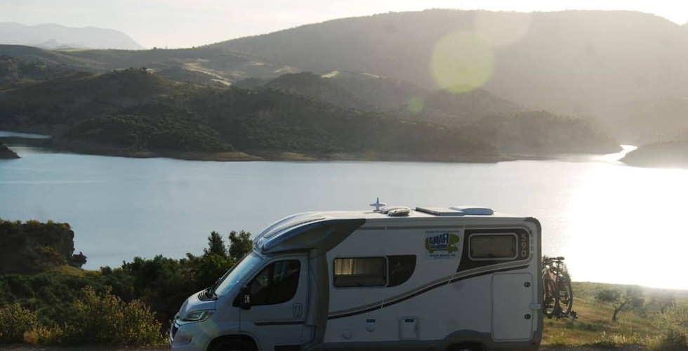 autocaravana atardecer lago