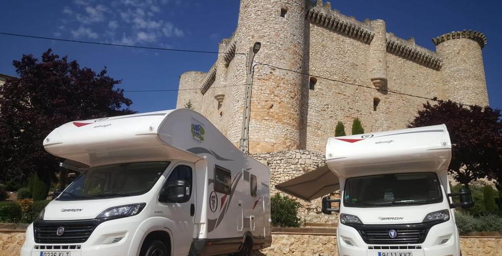 dos autocaravanas en castillo