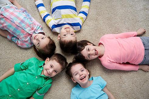 קבוצה של ילדים שוכבים במעגל