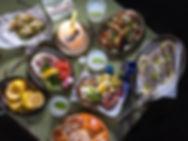 שולחן מלא באוכל מתפריט פימפינלה