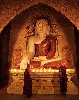 Novice Monks allumant des bougies