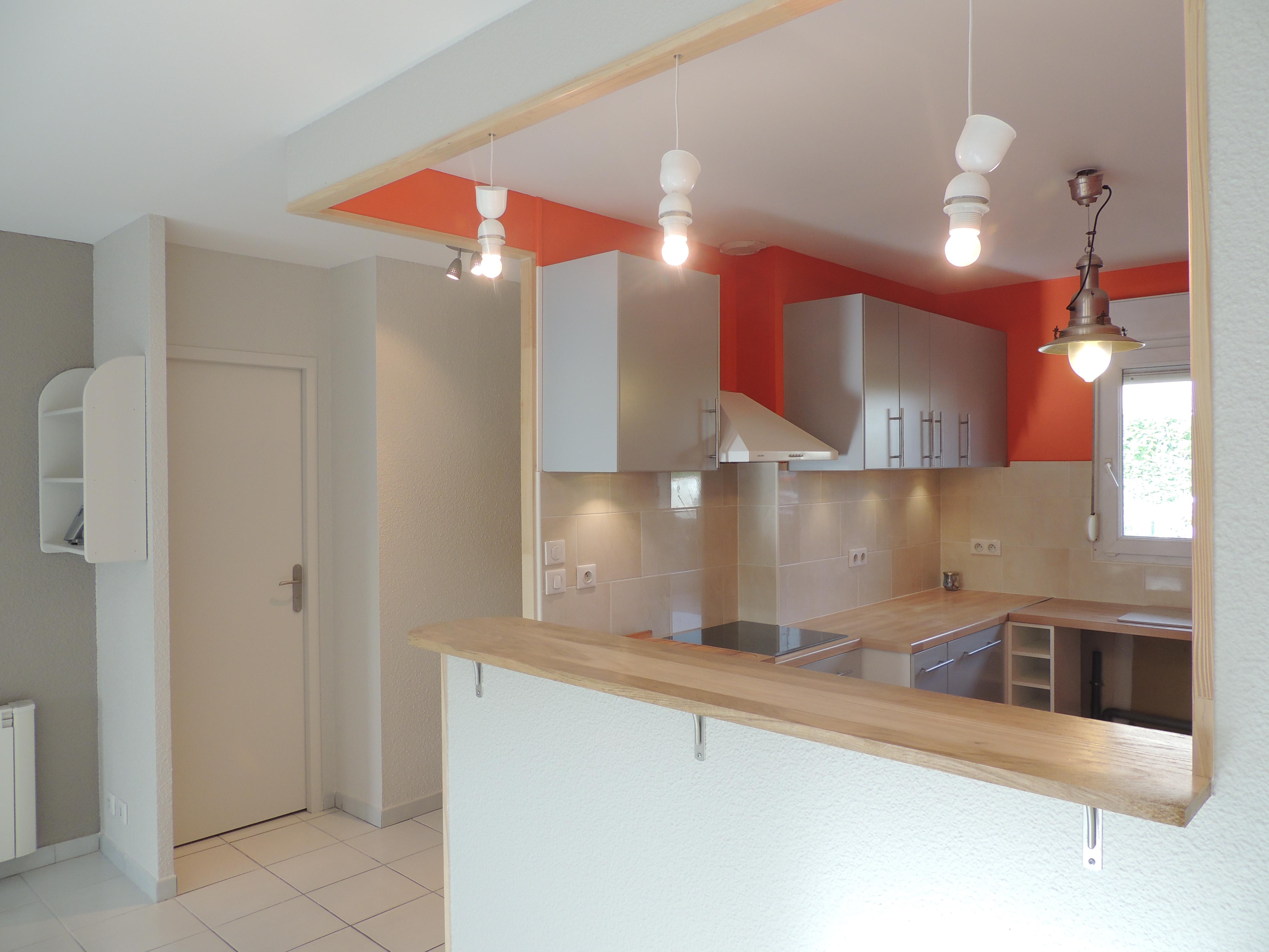Une cuisine ouverte colorée