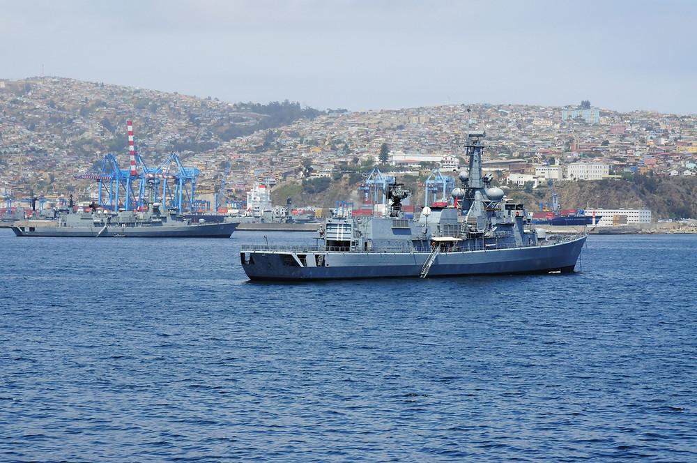 La Armada de Chile se equipó con buenas unidades, como las Tipo 22 y 23 británicas y la Clase M holandesa (en la foto), pero todas de segunda mano y ya con unos 30 años de antigüedad, lo que significa una necesidad de reemplazo en el mediano plazo.