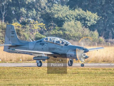 Los Tucano de la Fuerza Aérea Argentina se ejercitan