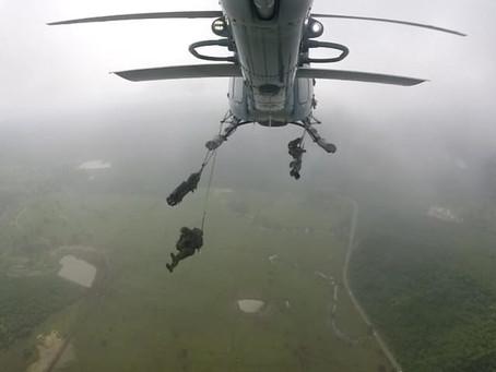La Armada de Colombia suma capacidad de paracaidismo con apoyo de la Fuerza Aérea Argentina