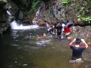原河川での水遊び