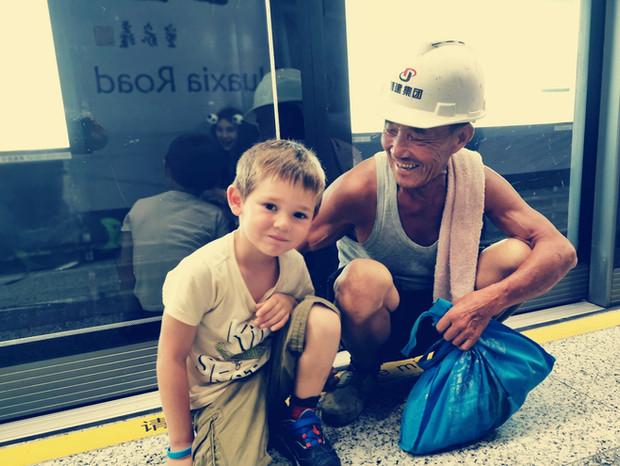 Hugo a rencontré un village people chinois !