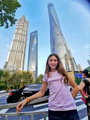 Lisa au pied des trois plus grandes tours de Shanghai