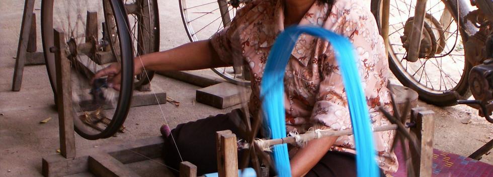 Draad wordt gesponnen voor het weven