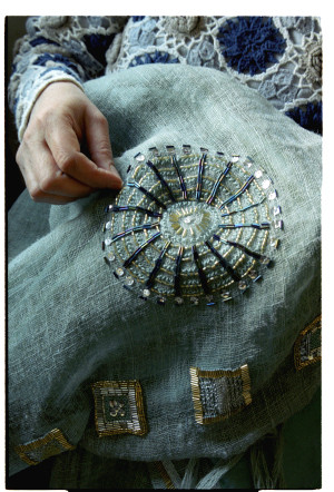 CosmoQueen sjaal wordt geborduurd met kralen