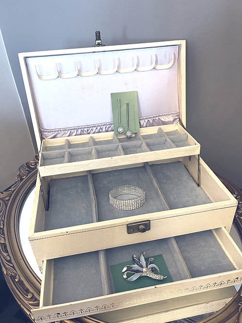 Vintage Jewellery Box & Jewellery - Cream