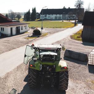 Hof mit Traktor.jpg