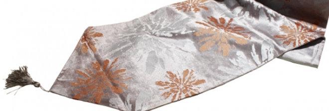 お花模様のシルバーグレーのテーブルランナー